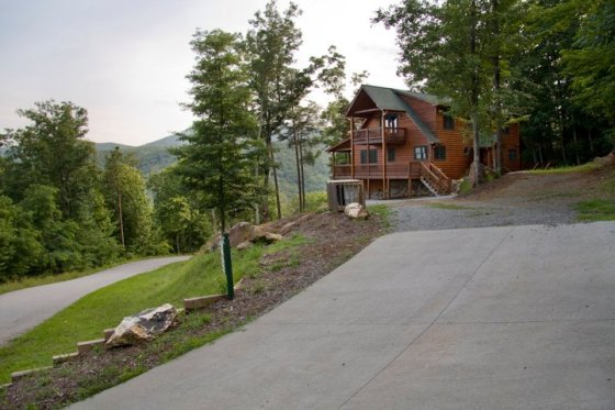 Driveway leading to the cabin © Holly Hildreth 2011